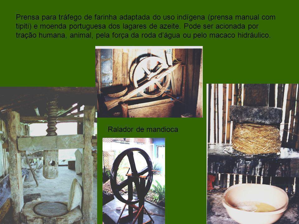 Prensa para tráfego de farinha adaptada do uso indígena (prensa manual com tipiti) e moenda portuguesa dos lagares de azeite. Pode ser acionada por tr