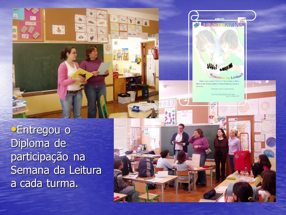 Entregou o Diploma de participação na Semana da Leitura a cada turma.