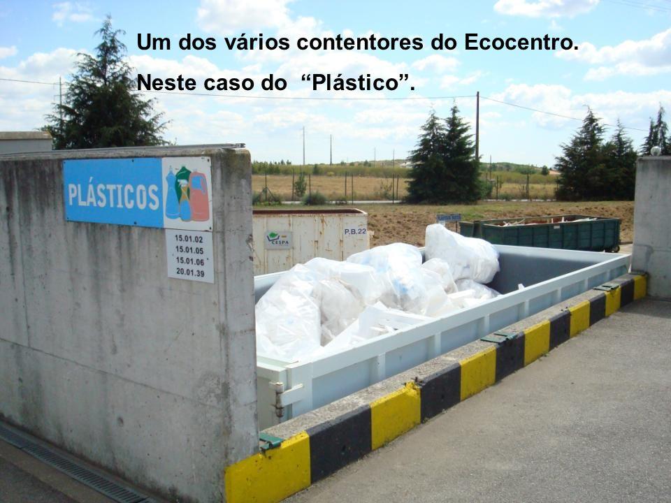 Um dos vários contentores do Ecocentro. Neste caso do Plástico.