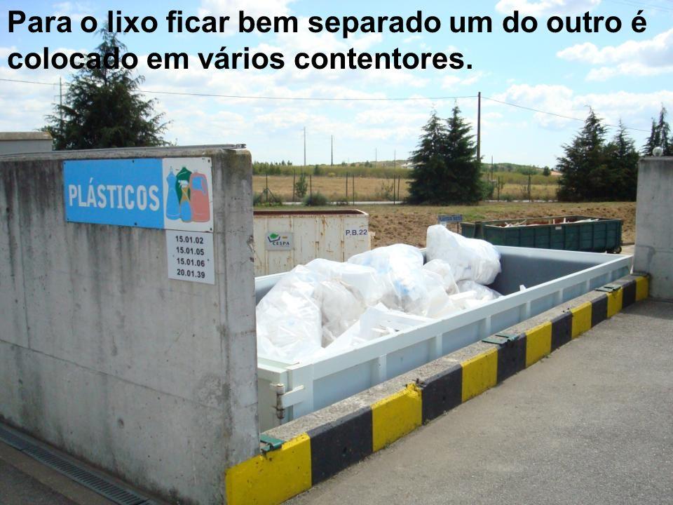 Para o lixo ficar bem separado um do outro é colocado em vários contentores.