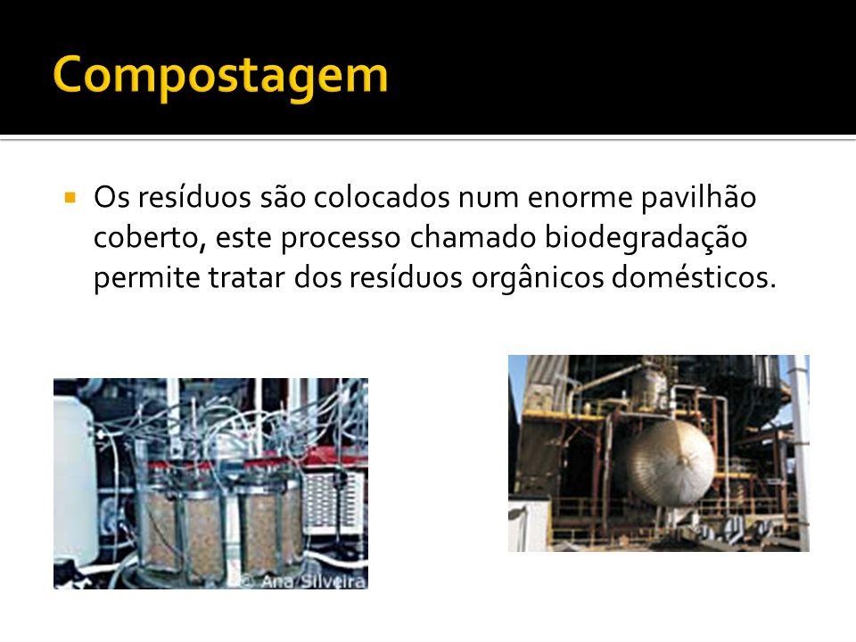 Os resíduos são colocados num enorme pavilhão coberto, este processo chamado biodegradação permite tratar dos resíduos orgânicos domésticos.