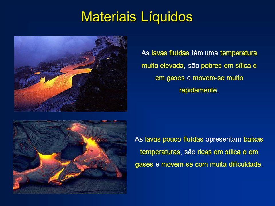 Materiais Líquidos As lavas fluídas têm uma temperatura muito elevada, são pobres em sílica e em gases e movem-se muito rapidamente. As lavas pouco fl