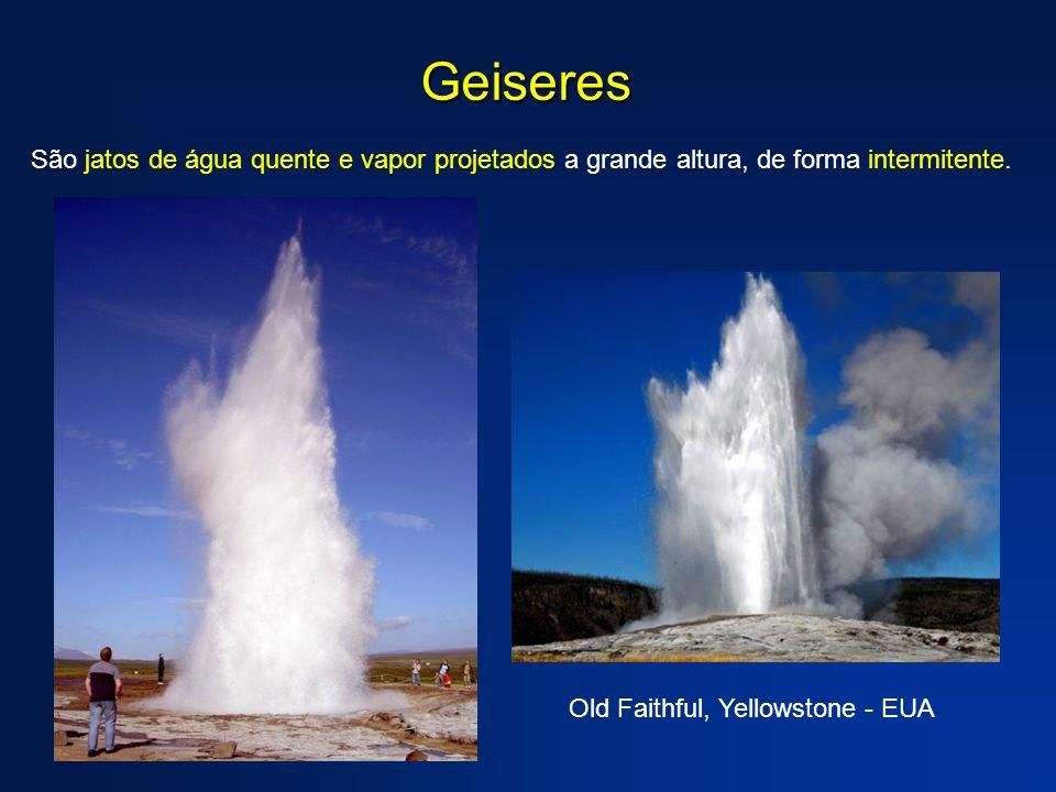 Geiseres São jatos de água quente e vapor projetados a grande altura, de forma intermitente. Old Faithful, Yellowstone - EUA