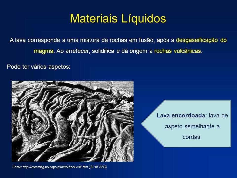 Materiais Líquidos A lava corresponde a uma mistura de rochas em fusão, após a desgaseificação do magma.