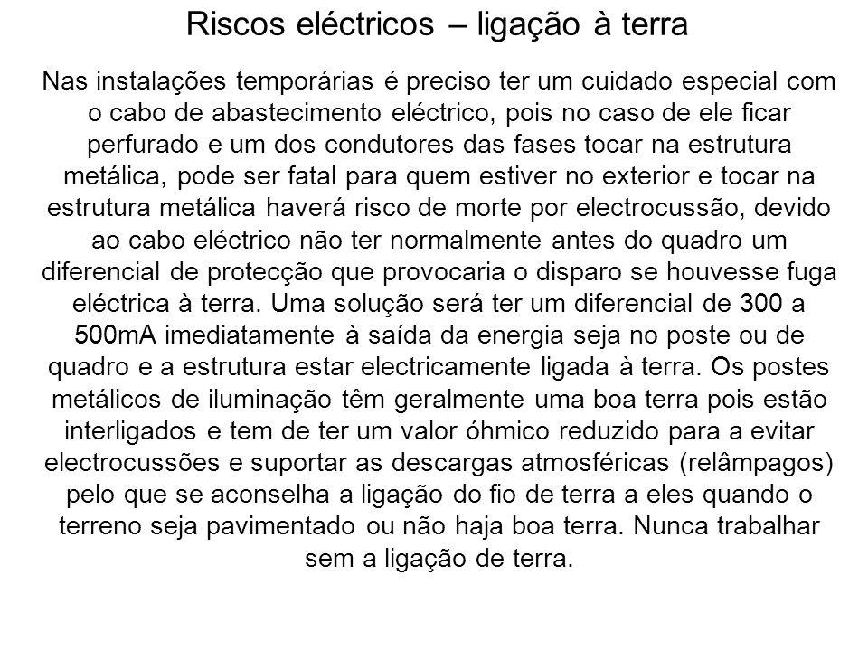 Riscos eléctricos – ligação à terra Nas instalações temporárias é preciso ter um cuidado especial com o cabo de abastecimento eléctrico, pois no caso