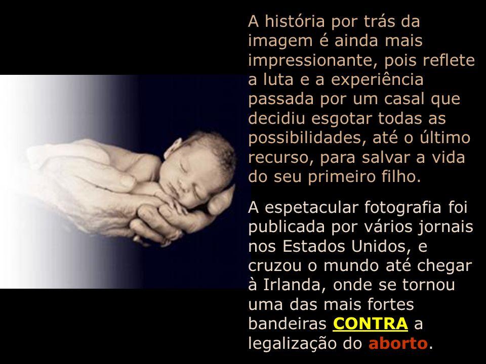 Um fotógrafo que fez a cobertura de uma intervenção cirúrgica para espinha bífida, realizada dentro do útero materno, num feto de apenas 21 semanas de