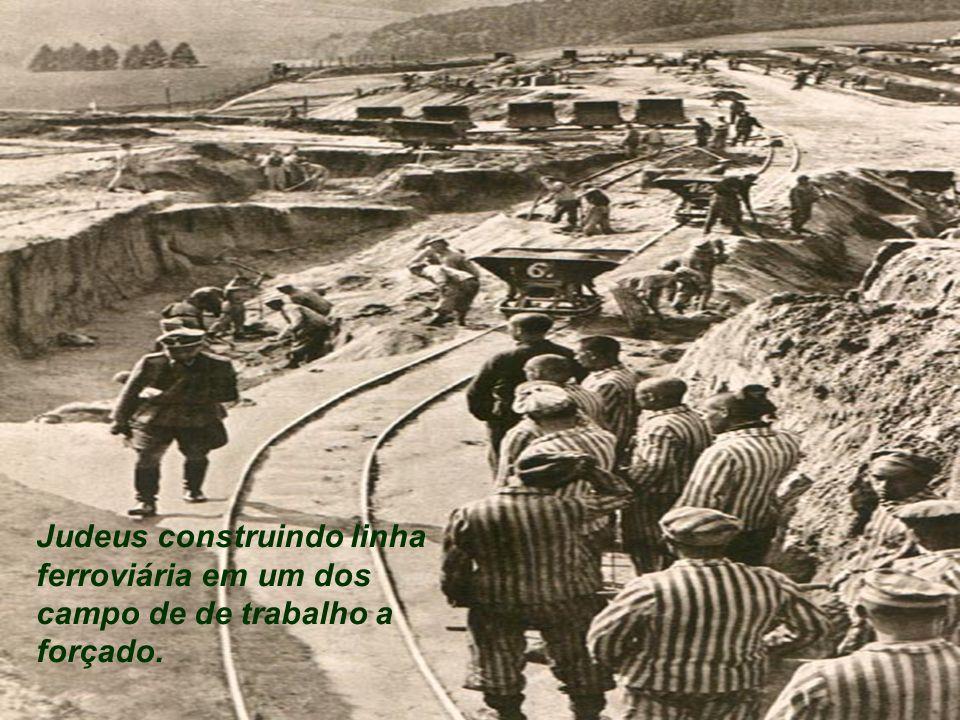 Judeus construindo linha ferroviária em um dos campo de de trabalho a forçado.