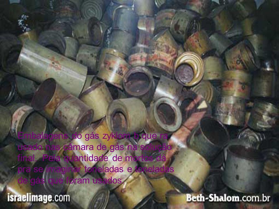 Embalagens do gás zyklom b que ra usado nas câmara de gás na solução final.