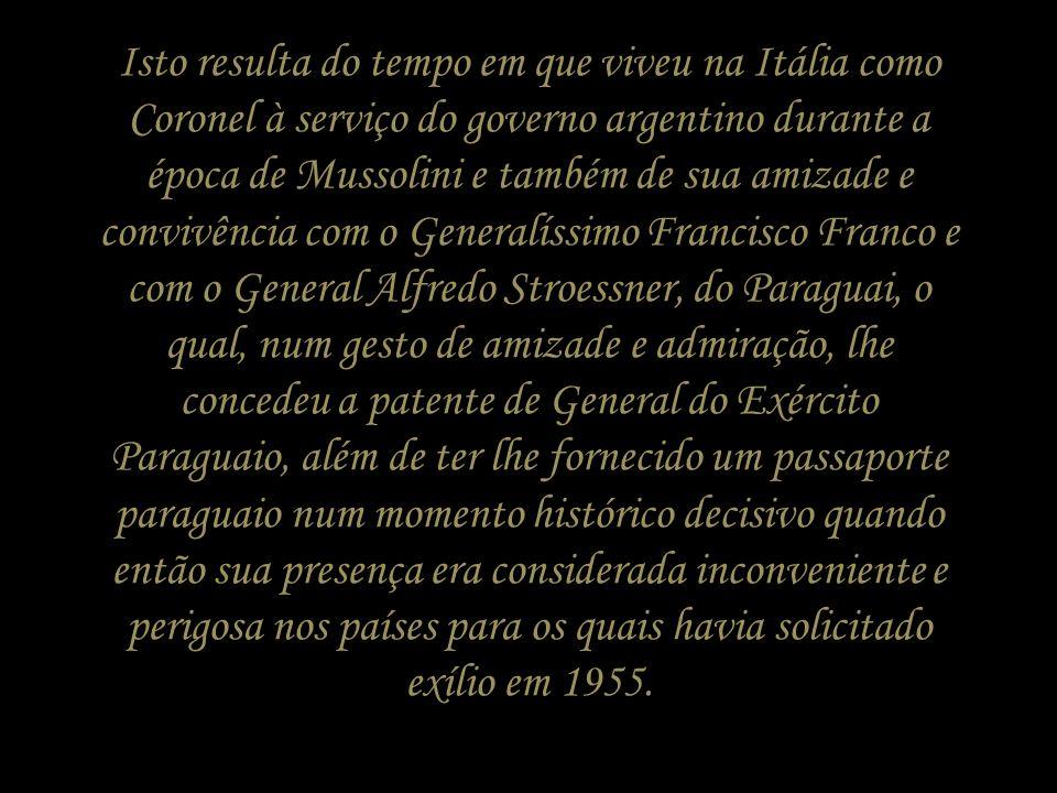O General Juan Domingo Perón, em seu retorno a Argentina, após 17 anos de exílio, diante de duas alas opostas que compunham o movimento justicialista,