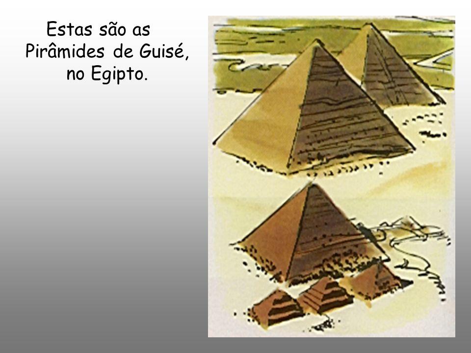 Estas são as Pirâmides de Guisé, no Egipto.
