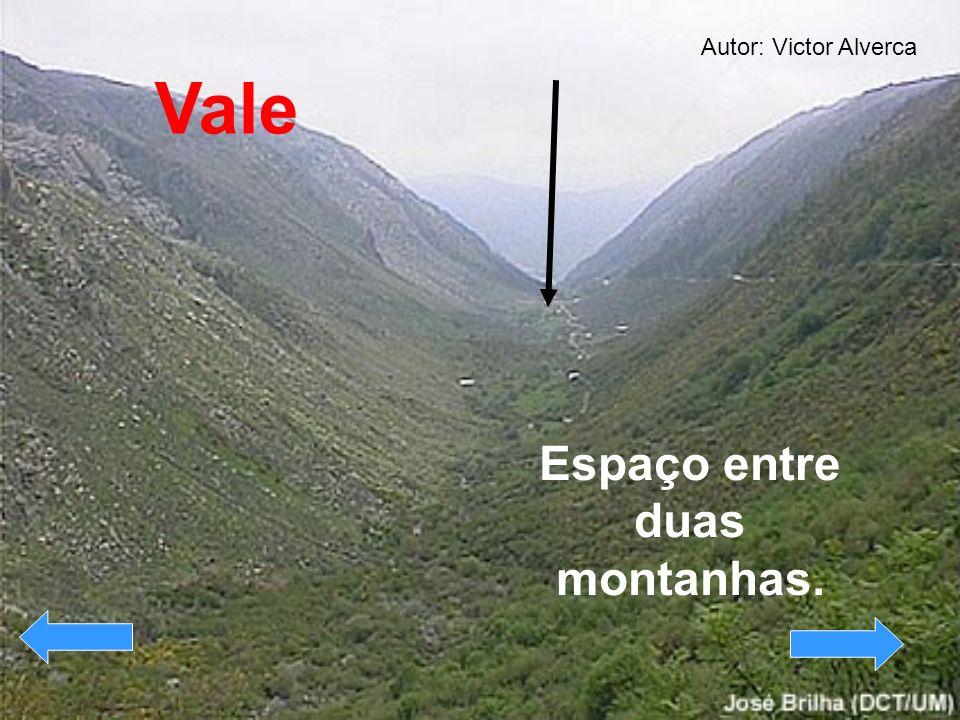 Espaço entre duas montanhas. Vale