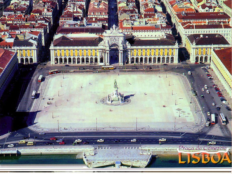 A RECONSTRUÇÃO DE LISBOA A nova Lisboa (pombalina) tinha as seguintes características: - ruas largas e perpendiculares umas às outras; - passeios calcetados; -esgotos; - edifícios harmoniosos, todos da mesma altura, com bonitas varandas de ferro forjado; - uma grande praça- a Praça do Comércio- construída no sítio do antigo Terreiro do Paço, onde iam dar as ruas nobres da cidade.