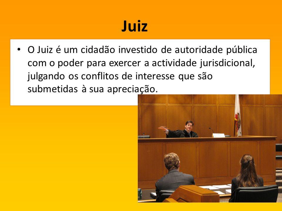 Juiz O Juiz é um cidadão investido de autoridade pública com o poder para exercer a actividade jurisdicional, julgando os conflitos de interesse que são submetidas à sua apreciação.