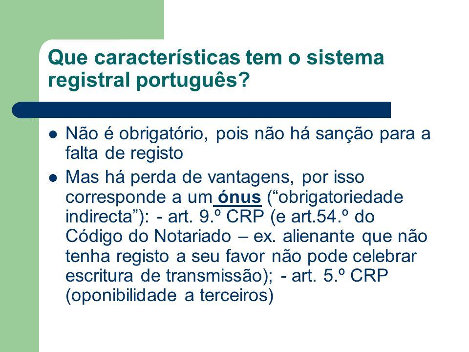 Que características tem o sistema registral português? Não é obrigatório, pois não há sanção para a falta de registo Mas há perda de vantagens, por is