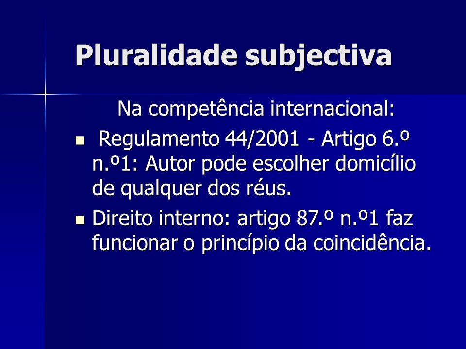 Pluralidade subjectiva Na competência internacional: Regulamento 44/2001 - Artigo 6.º n.º1: Autor pode escolher domicílio de qualquer dos réus. Regula