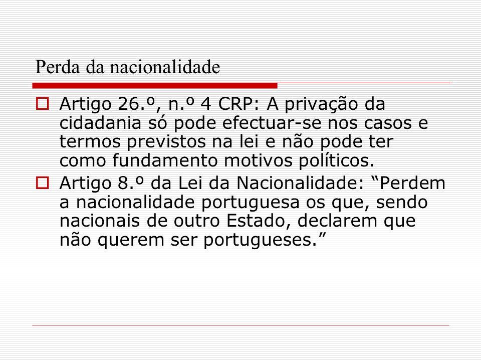 Perda da nacionalidade Artigo 26.º, n.º 4 CRP: A privação da cidadania só pode efectuar-se nos casos e termos previstos na lei e não pode ter como fun