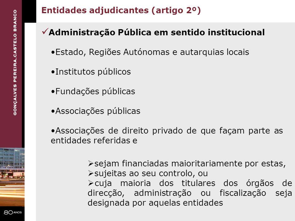 Administração Pública em sentido institucional Entidades adjudicantes (artigo 2º) Estado, Regiões Autónomas e autarquias locais Institutos públicos Fu