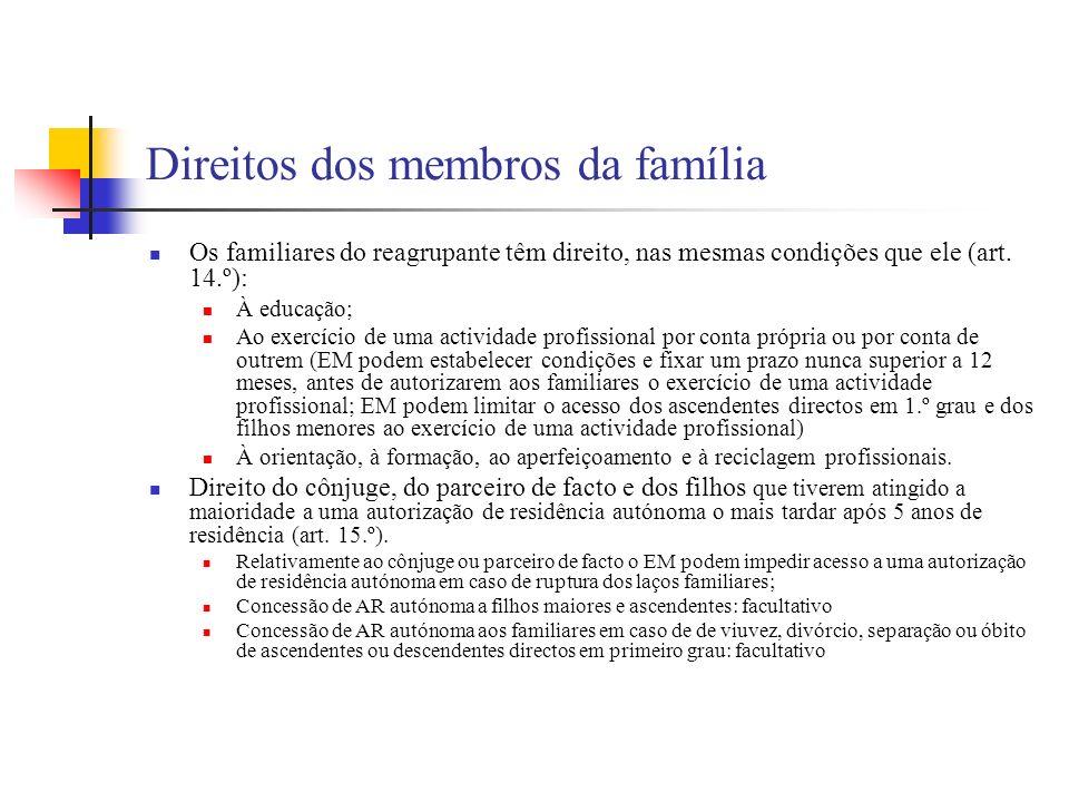 Direitos dos membros da família Os familiares do reagrupante têm direito, nas mesmas condições que ele (art. 14.º): À educação; Ao exercício de uma ac