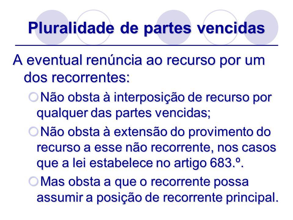 Pluralidade de partes vencidas A eventual renúncia ao recurso por um dos recorrentes: Não obsta à interposição de recurso por qualquer das partes venc