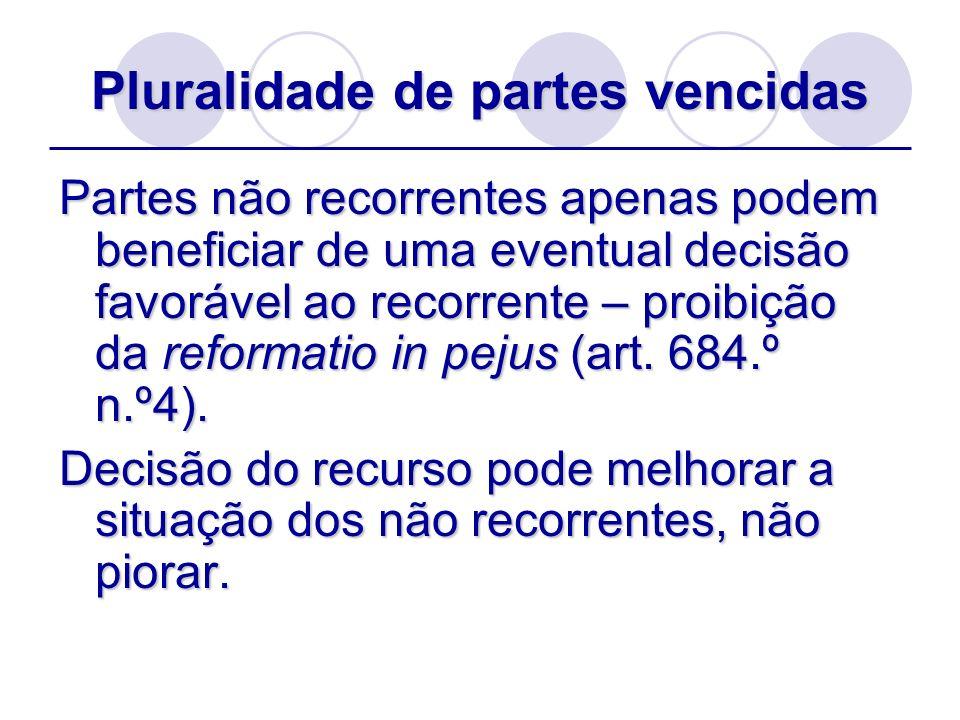 Pluralidade de partes vencidas Partes não recorrentes apenas podem beneficiar de uma eventual decisão favorável ao recorrente – proibição da reformati