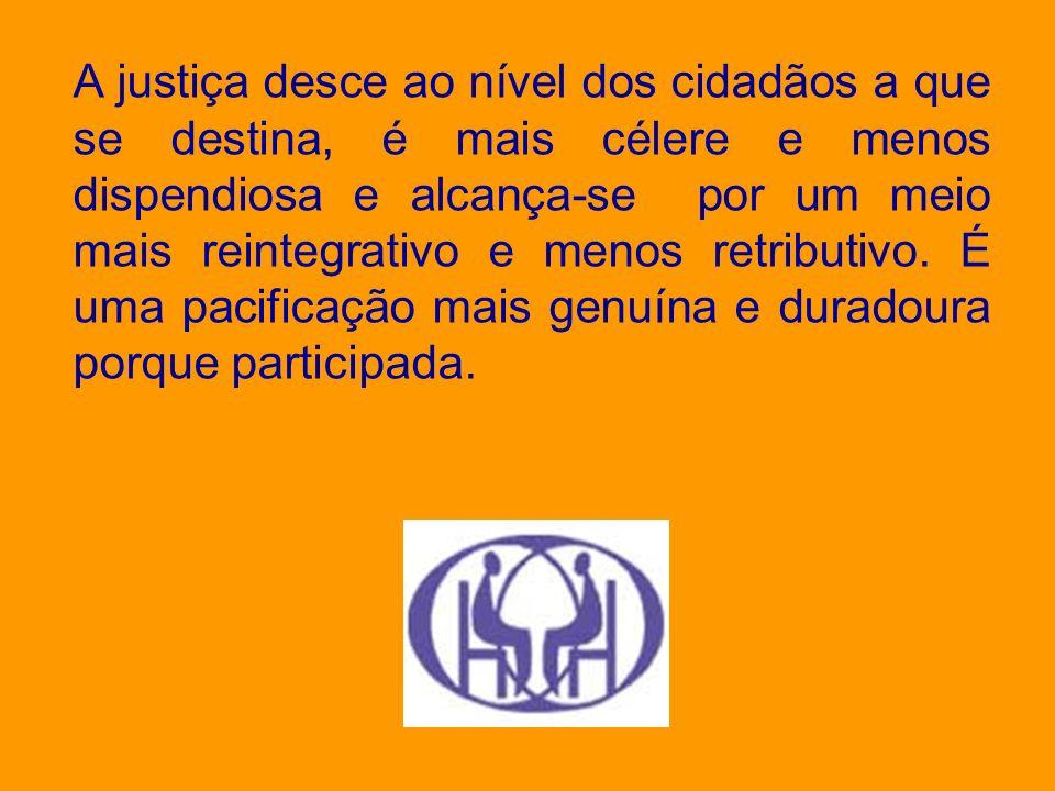 A justiça desce ao nível dos cidadãos a que se destina, é mais célere e menos dispendiosa e alcança-se por um meio mais reintegrativo e menos retribut