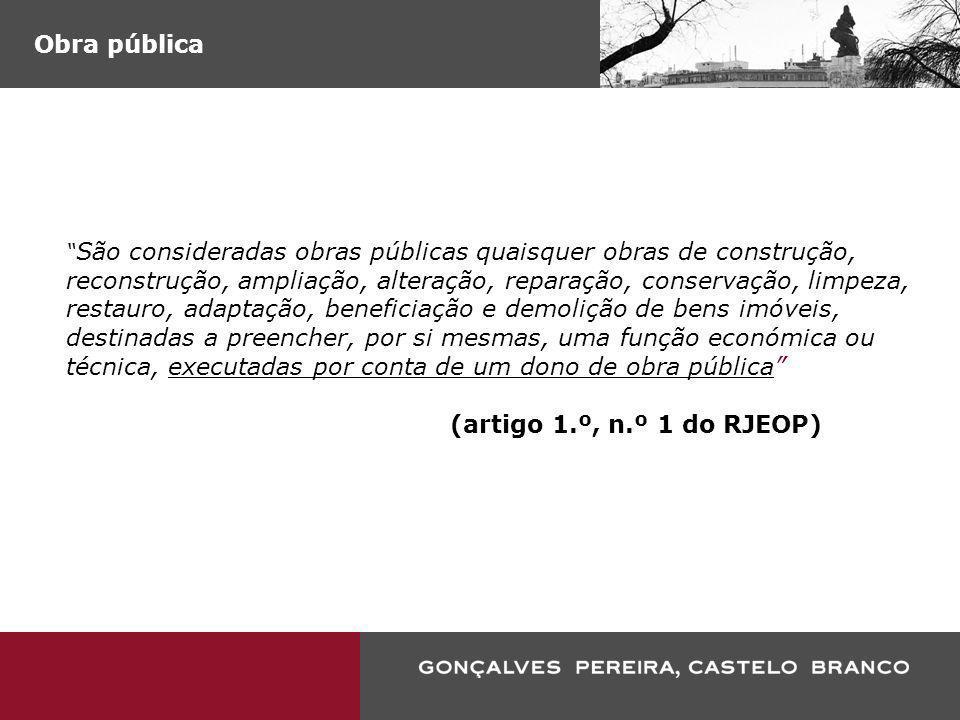 Empreitada de obra pública (…) o contrato administrativo, celebrado mediante o pagamento de um preço, independentemente da sua forma, entre um dono de obra pública e um empreiteiro de obras públicas, e que tenha por objecto quer a execução quer conjuntamente a concepção e a execução das obras (…) realizados seja por que meio for e que satisfaçam as necessidades indicadas pelo dono da obra (artigo 2.º, n.º 3 do RJEOP)