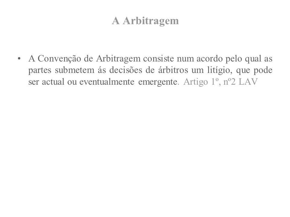 A Arbitragem A Convenção de Arbitragem consiste num acordo pelo qual as partes submetem ás decisões de árbitros um litígio, que pode ser actual ou eventualmente emergente.