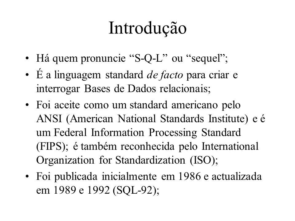 Introdução Há quem pronuncie S-Q-L ou sequel; É a linguagem standard de facto para criar e interrogar Bases de Dados relacionais; Foi aceite como um s