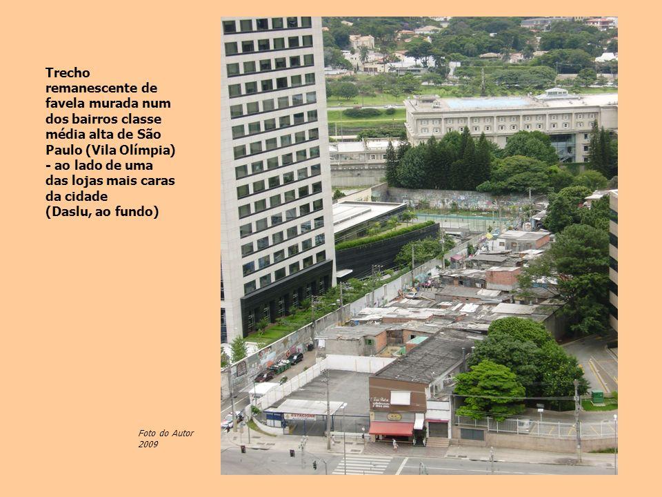 Trecho remanescente de favela murada num dos bairros classe média alta de São Paulo (Vila Olímpia) - ao lado de uma das lojas mais caras da cidade (Da