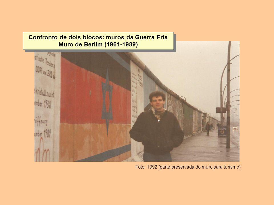 Confronto de dois blocos: muros da Guerra Fria Muro de Berlim (1961-1989) Foto: 1992 (parte preservada do muro para turismo)