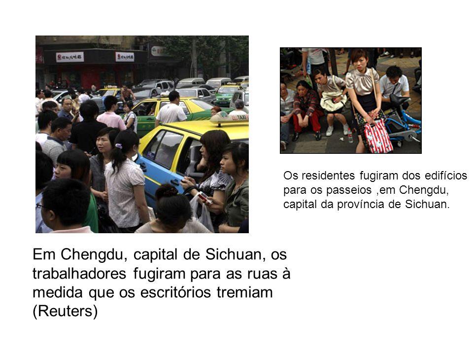 Em Chengdu, capital de Sichuan, os trabalhadores fugiram para as ruas à medida que os escritórios tremiam (Reuters) Os residentes fugiram dos edifícios para os passeios,em Chengdu, capital da província de Sichuan.