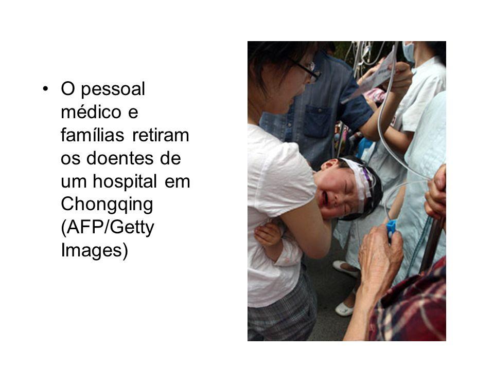 O pessoal médico e famílias retiram os doentes de um hospital em Chongqing (AFP/Getty Images)