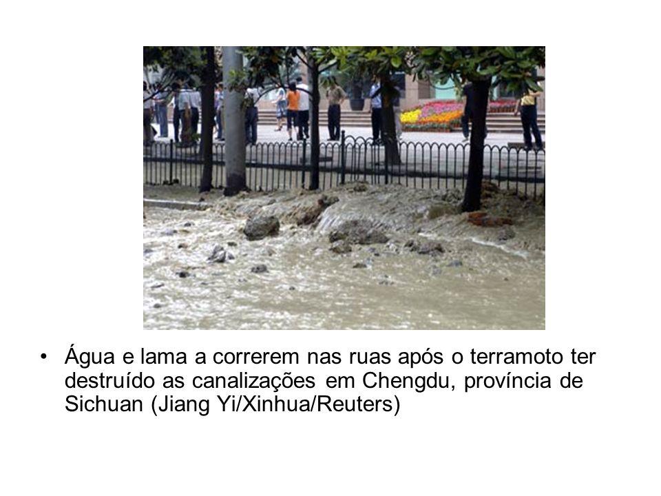 Água e lama a correrem nas ruas após o terramoto ter destruído as canalizações em Chengdu, província de Sichuan (Jiang Yi/Xinhua/Reuters)