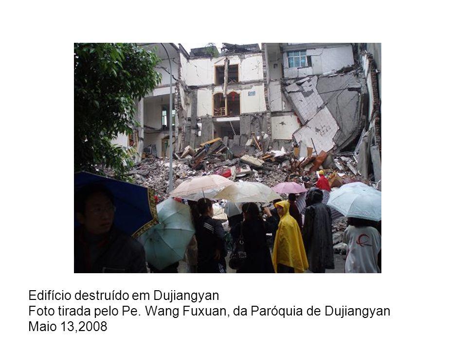 O terramoto deixou uma fenda, bem visível, neste edifício na Câmara de Chongqing (Reuters)