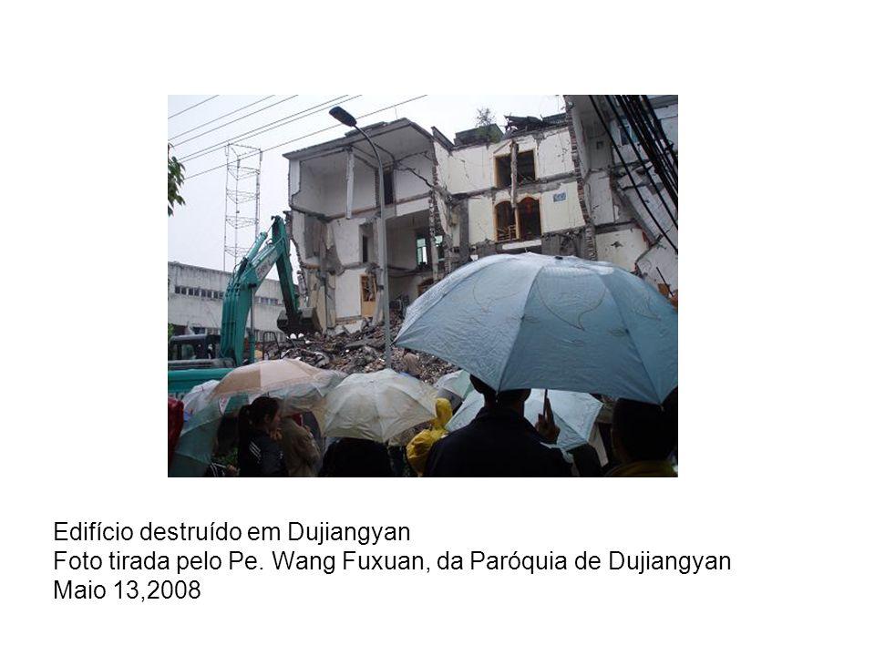 Edifício destruído em Dujiangyan Foto tirada pelo Pe.