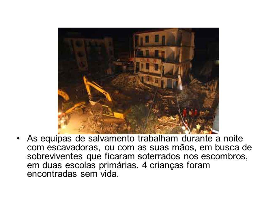As equipas de salvamento trabalham durante a noite com escavadoras, ou com as suas mãos, em busca de sobreviventes que ficaram soterrados nos escombros, em duas escolas primárias.