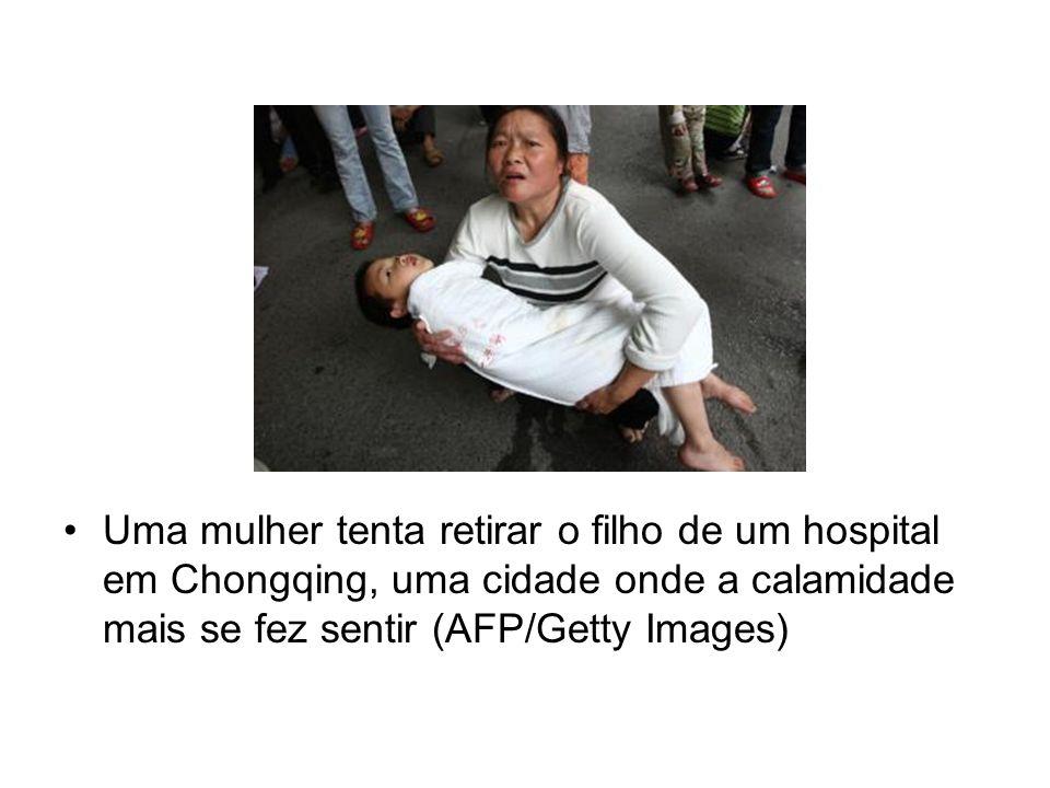 Uma mulher tenta retirar o filho de um hospital em Chongqing, uma cidade onde a calamidade mais se fez sentir (AFP/Getty Images)