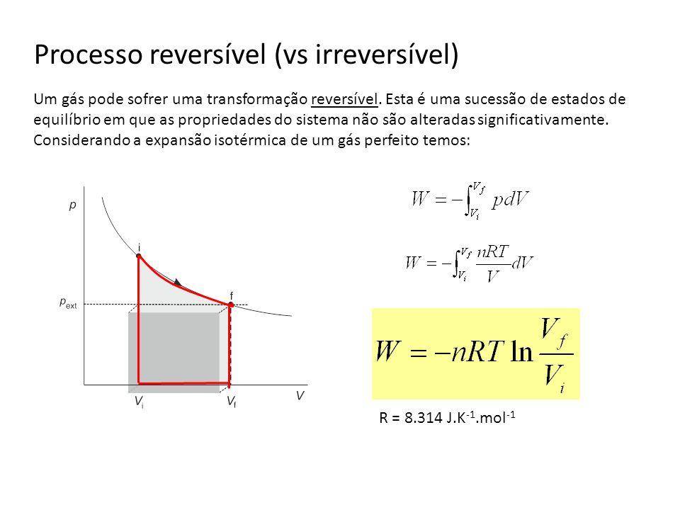 Processo reversível (vs irreversível) Um gás pode sofrer uma transformação reversível. Esta é uma sucessão de estados de equilíbrio em que as propried