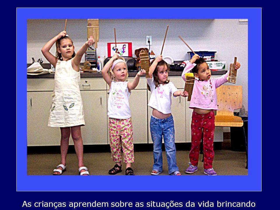 As crianças aprendem sobre as situações da vida brincando