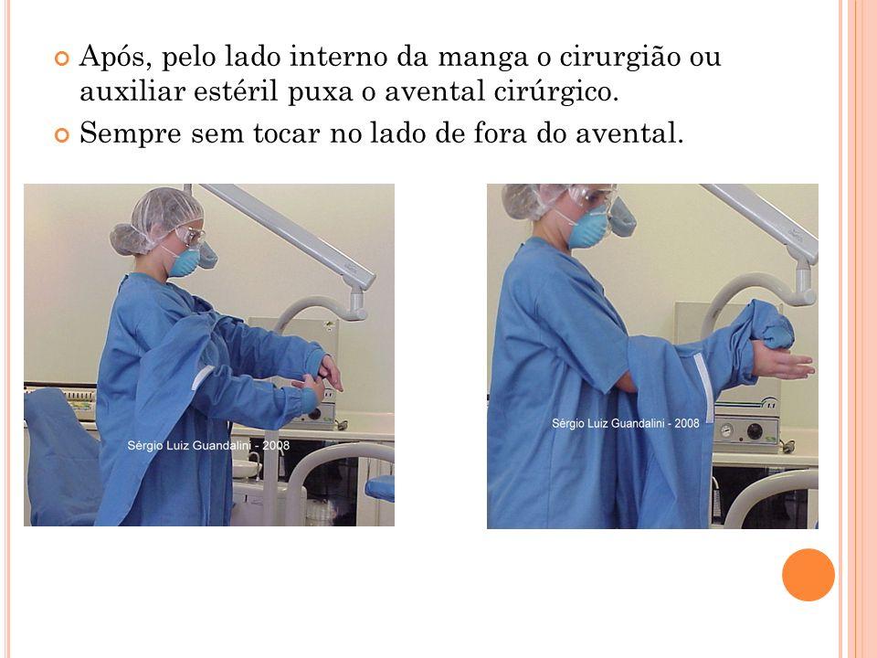 Após, pelo lado interno da manga o cirurgião ou auxiliar estéril puxa o avental cirúrgico. Sempre sem tocar no lado de fora do avental.