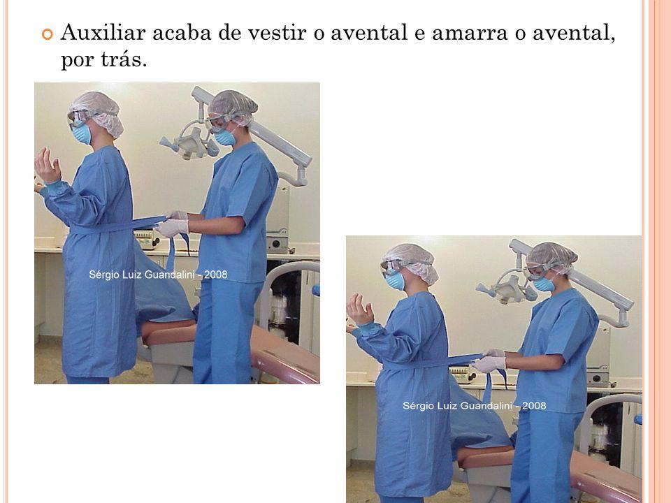 COMO RETIRAR O AVENTAL Terminada a cirurgia as luvas contaminadas devem ser removidas.