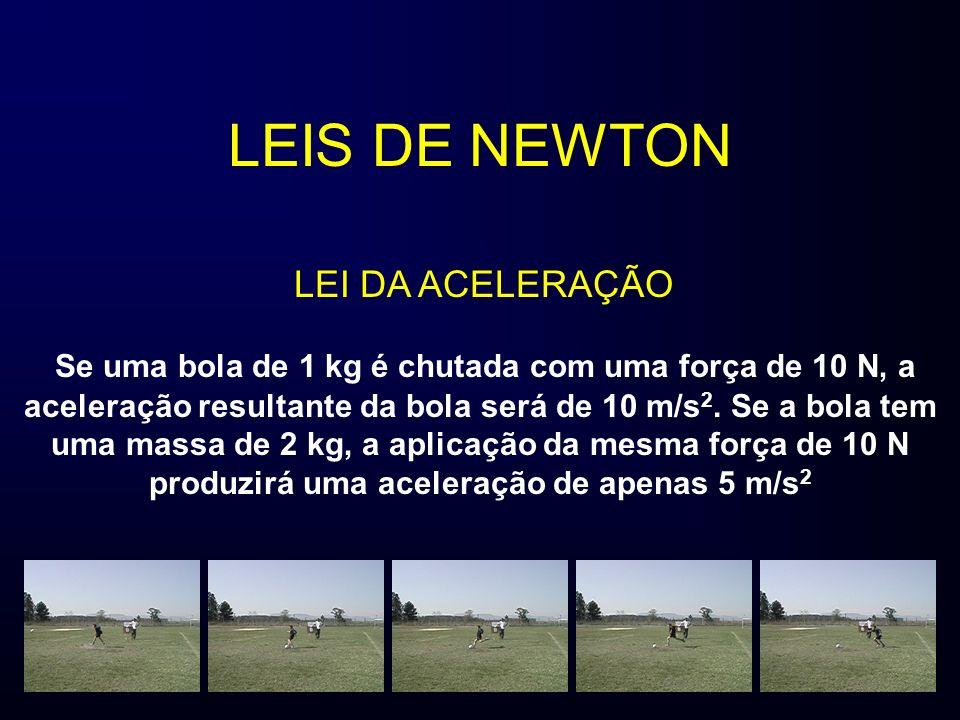 LEIS DE NEWTON Se uma bola de 1 kg é chutada com uma força de 10 N, a aceleração resultante da bola será de 10 m/s 2. Se a bola tem uma massa de 2 kg,