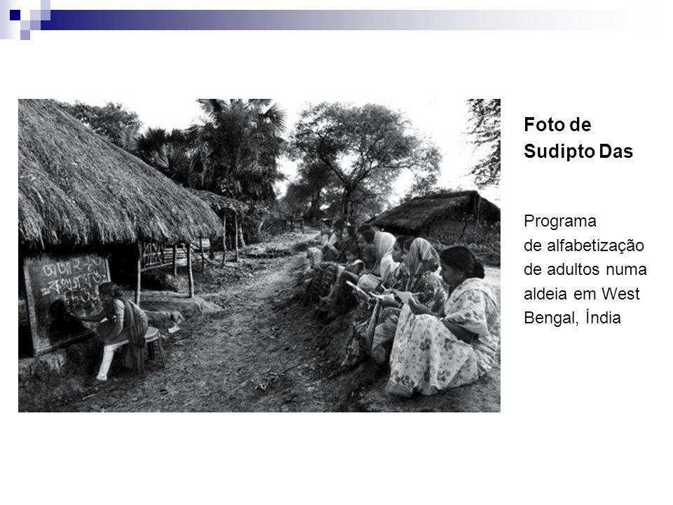 Foto de Sudipto Das Programa de alfabetização de adultos numa aldeia em West Bengal, Índia