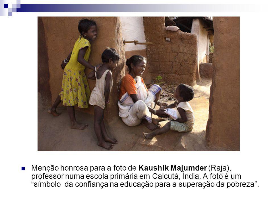 Menção honrosa para a foto de Kaushik Majumder (Raja), professor numa escola primária em Calcutá, Índia. A foto é um símbolo da confiança na educação