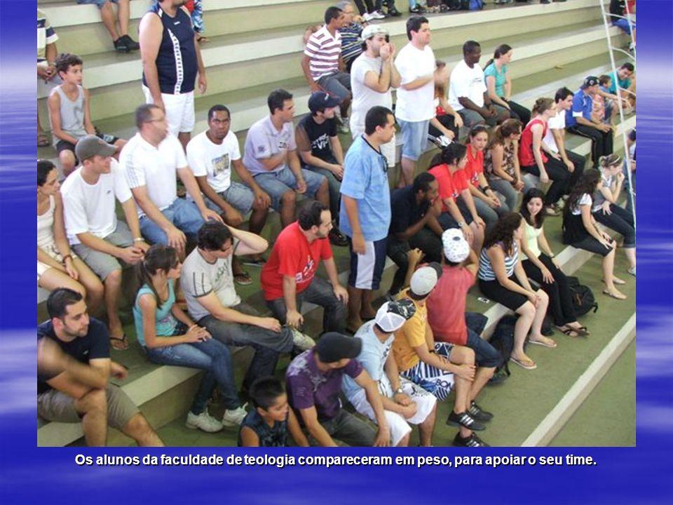 Os alunos da faculdade de teologia compareceram em peso, para apoiar o seu time.