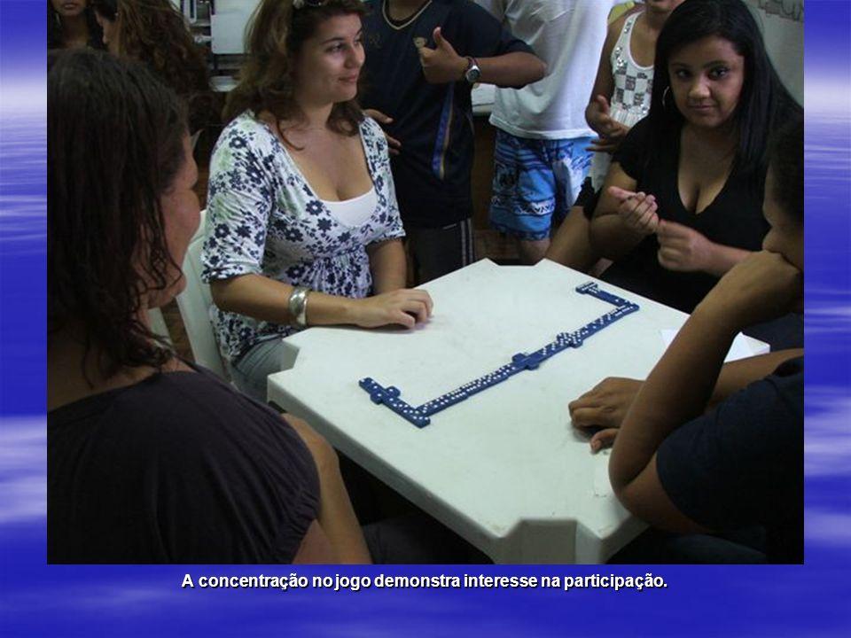 A concentração no jogo demonstra interesse na participação.