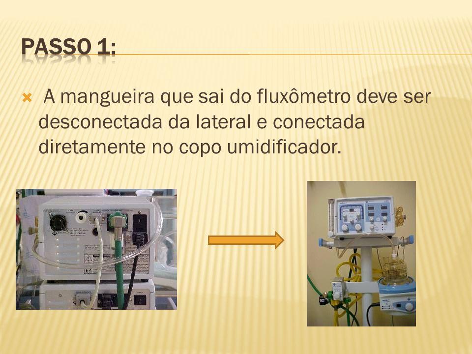 A mangueira que sai do fluxômetro deve ser desconectada da lateral e conectada diretamente no copo umidificador.