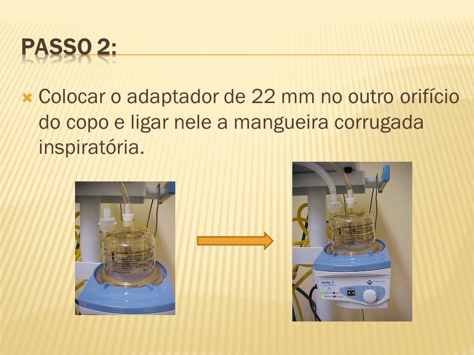 Colocar o adaptador de 22 mm no outro orifício do copo e ligar nele a mangueira corrugada inspiratória.