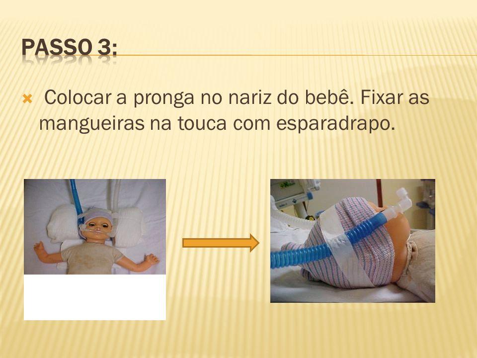 Colocar a pronga no nariz do bebê. Fixar as mangueiras na touca com esparadrapo.
