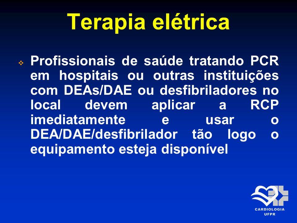 Terapia elétrica Profissionais de saúde tratando PCR em hospitais ou outras instituições com DEAs/DAE ou desfibriladores no local devem aplicar a RCP